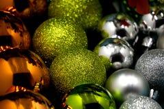 Bandera, porciones de bolas coloridas de la Navidad, fondo festivo Fotografía de archivo libre de regalías