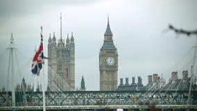 Bandera que agita británica con Big Ben almacen de video