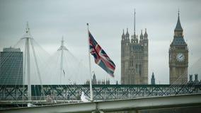 Bandera que agita británica con Big Ben, puente de Hungerford metrajes