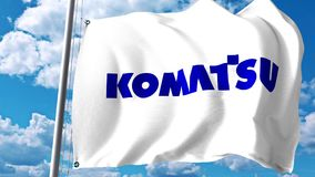 Bandera que agita con el logotipo de Komatsu Limited contra las nubes y el cielo Representación editorial 3D Fotos de archivo