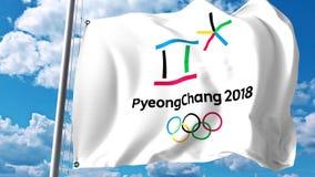 Bandera que agita con el logotipo de 2018 olimpiadas de invierno contra las nubes y el cielo Representación editorial 3D Fotografía de archivo libre de regalías