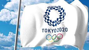 Bandera que agita con el logotipo de 2020 Olimpiadas de verano contra las nubes y el cielo Representación editorial 3D libre illustration