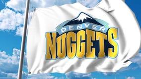 Bandera que agita con el logotipo profesional del equipo de Denver Nuggets Representación editorial 3D Foto de archivo libre de regalías
