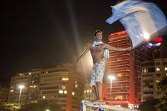 Bandera que agita de Argentina en Copacabana Foto de archivo
