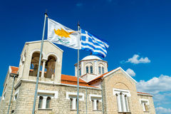 Bandera que agita de Chipre y de Grecia con la iglesia ortodoxa en el CCB Imagen de archivo