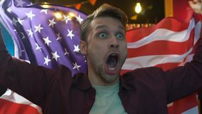 Bandera que agita de los E.E.U.U., victoria de la fan masculina extremadamente alegre del equipo nacional que disfruta almacen de video