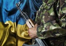Bandera que agita de Ucrania con el soldado Imagen de archivo