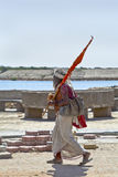 Bandera que lleva que camina del hombre hindú religioso Fotografía de archivo