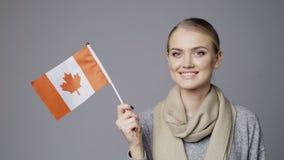 Bandera que se sostiene femenina de Canadá almacen de metraje de vídeo