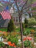Bandera que sopla en viento de la primavera en jardín Imagenes de archivo