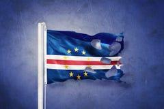 Bandera rasgada del vuelo de Cabo Verde contra fondo del grunge imagen de archivo