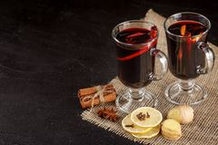 Bandera reflexionada sobre del vino Vidrios con el vino rojo y las especias calientes en fondo oscuro Estilo oscuro moderno del h Fotos de archivo