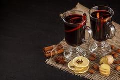Bandera reflexionada sobre del vino Vidrios con el vino rojo y las especias calientes en fondo oscuro Estilo oscuro moderno del h Fotografía de archivo