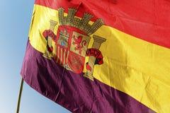 Bandera republicana española que agita en fondo del cielo azul Foto de archivo
