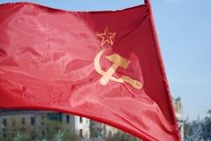 Bandera roja con un martillo y una hoz Fotos de archivo