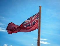 Bandera roja de la bandera en un transbordador de pasajero en Escocia, Reino Unido imagenes de archivo
