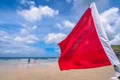 Bandera roja de la seguridad en una playa de Cornualles Imagen de archivo libre de regalías