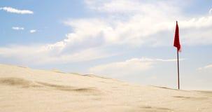Bandera roja en el desierto 4k almacen de metraje de vídeo