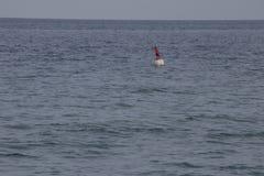 Bandera roja en el mar Imagen de archivo
