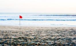 Bandera roja en la playa Imagen de archivo
