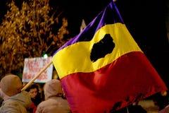 Bandera rumana de la revolución durante protesta de la calle Foto de archivo libre de regalías