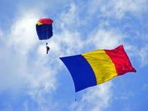 Bandera rumana en el aire Imagenes de archivo
