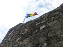Bandera rumana en la ciudadela de Poenari Imagen de archivo libre de regalías