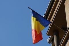 Bandera rumana en una pared imagenes de archivo