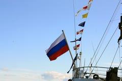 Bandera rusa en la popa de la nave Fotos de archivo