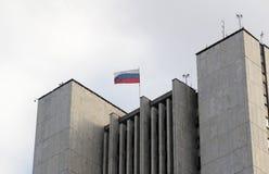Bandera rusa encima del edificio Imagenes de archivo