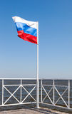 Bandera rusa que agita en el viento Fotos de archivo