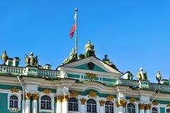 Bandera rusa sobre el museo del palacio y de ermita del invierno en St Petersburg, Rusia Imagen de archivo