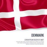 Bandera sedosa de Dinamarca que agita en un fondo blanco aislado con el área de texto blanca para su mensaje del anuncio Foto de archivo