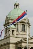 Bandera servia delante de la asamblea nacional de Serbia en Belgrado Foto de archivo libre de regalías