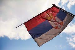Bandera servia y cielo Imagenes de archivo