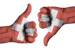 Bandera suiza en las manos masculinas humanas Foto de archivo libre de regalías