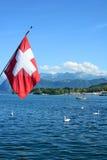 Bandera suiza sobre el lago Alfalfa Fotos de archivo libres de regalías