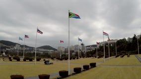 Bandera surafricana que agita en el aire del cementerio conmemorativo de la O.N.U en Busán, Corea del Sur, Asia metrajes