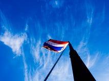 Bandera tailandesa en cielo azul fotografía de archivo