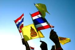 Bandera tailandesa en el cielo azul Imagen de archivo