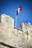 Bandera tricolora francesa en los terraplenes medievales Imagenes de archivo