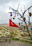 Bandera turca al lado del árbol del deseo en una plataforma de visión en Nevsehir, Cappadocia fotografía de archivo