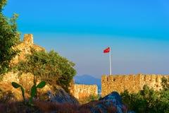 Bandera turca en el castillo de Alanya Foto de archivo