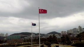 Bandera turca que agita en el aire del cementerio conmemorativo de la O.N.U en Busán, Corea del Sur, Asia almacen de metraje de vídeo
