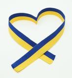 Bandera ucraniana en la cinta del corazón Imagen de archivo