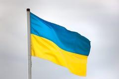Bandera ucraniana que agita contra el cielo Imagen de archivo libre de regalías