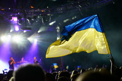 Bandera ucraniana que apoya a una banda de rock ucraniana de ejecución Imágenes de archivo libres de regalías