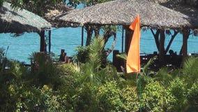 Bandera vacía anaranjada que agita en el viento tropics asia metrajes