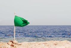 Bandera verde en la playa paisaje marino suny de las vacaciones del día Fotos de archivo