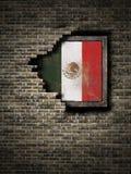 Bandera vieja de México en pared de ladrillo Foto de archivo libre de regalías